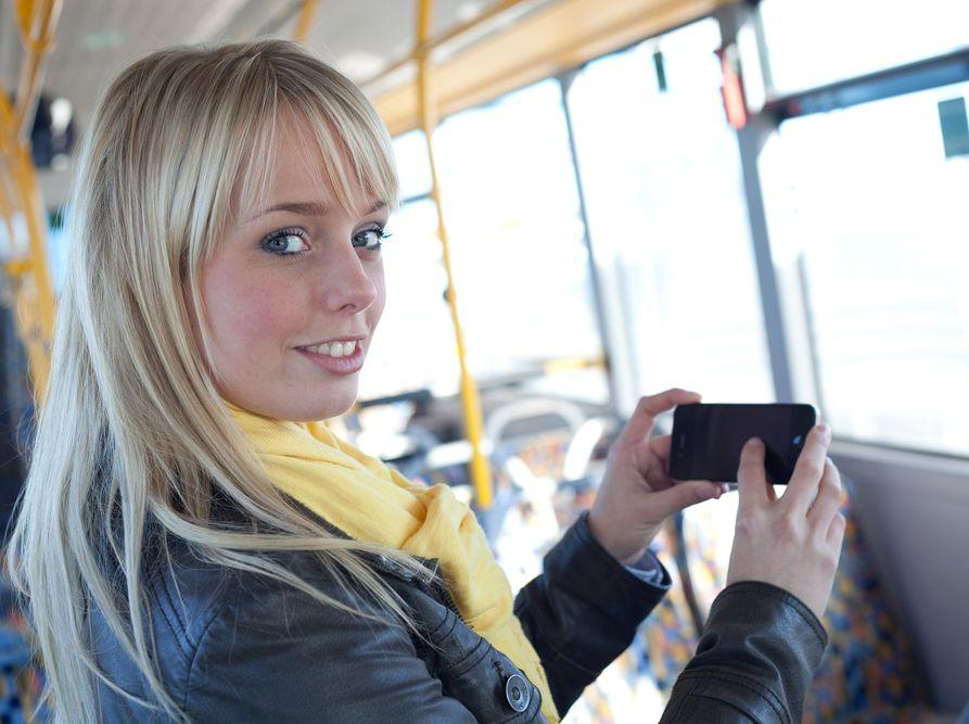 Dziewczyna ze smartfonem w ręku
