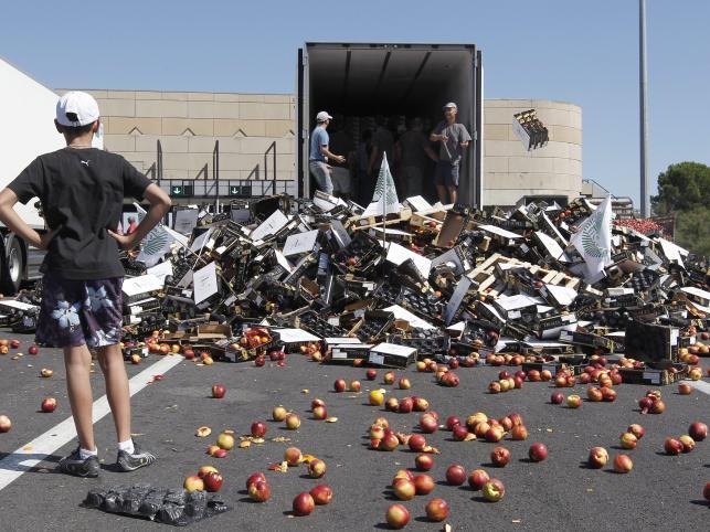 Hiszpańskie owoce zniszczone przez francuskich rolników