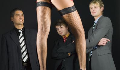 Mężczyźni oglądający striptiz
