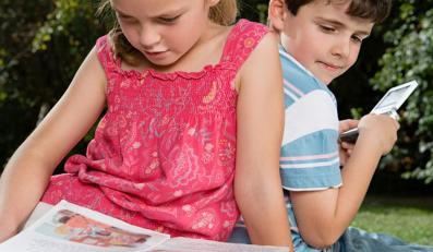 Dziecko nie chce czytać? Wiń komórkę i Facebooka