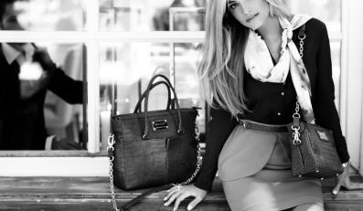 Rozalia Mancewicz w kampanii reklamowej torebek Sabrina Pilewicz.
