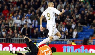 Karim Benzema strzela gola dla Realu