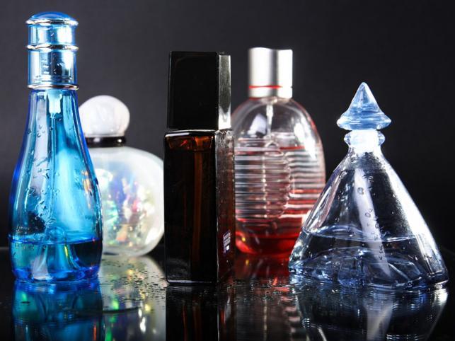 Perfumy - praktyczne, bo nigdy ich za wiele. Jeśli nie znamy gustu obdarowywanej, najlepiej nie decydować się na ostre, nietypowe zapachy