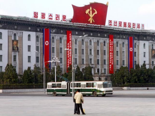 Gmach przy Placu Kim Ir Sena w Phenianie. Widoczne wielkie portrety ojców komunizmu
