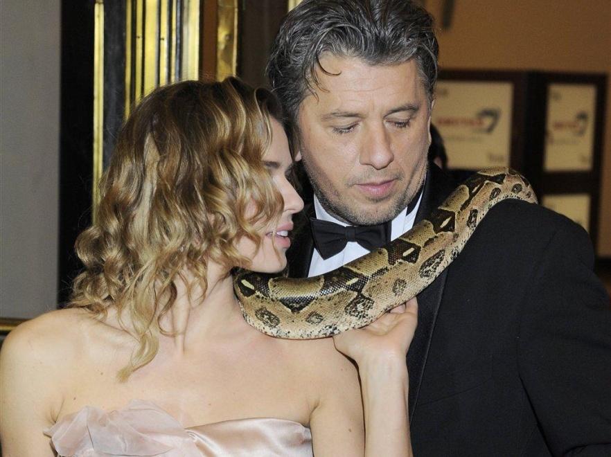 Natasza Urbańska i Janusz Józefowicz z wężem.