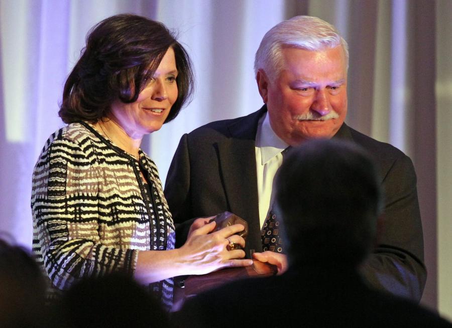 Wałęsa odbiera nagrodę z rąk Carli Knorowski