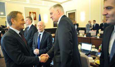 Posiedzenie rządu. Donald Tusk wita się z Jarosławem Gowinem