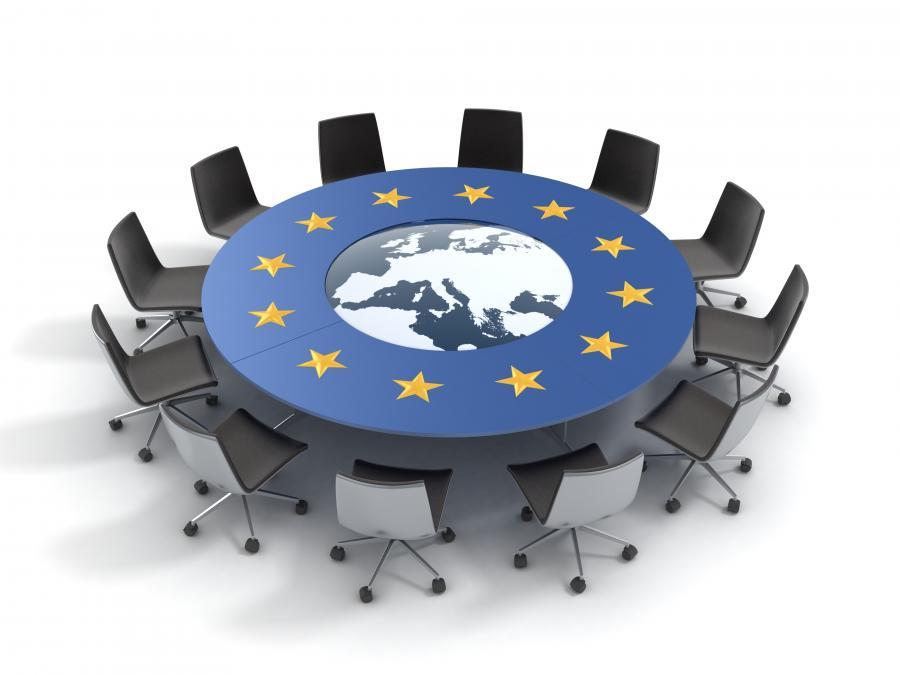 Stół z symbolami Unii Europejskiej