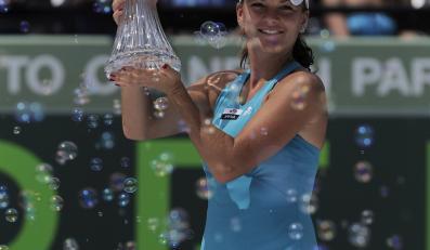 Agnieszka Radwańska z pucharem za zwycięstwo w turnieju WTA w Miami