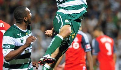 Oribe Peralta z Santosu Laguna cieszy się ze strzelonego gola w meczu Ligi Mistrzów CONCACAF z Toronto FC