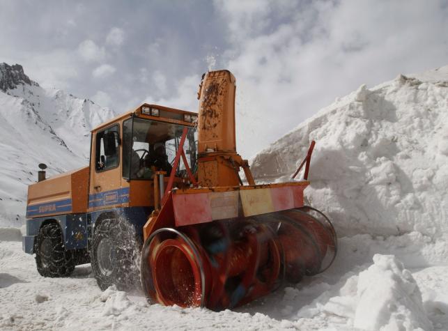 Odśnieżanie drogi w Himalajach