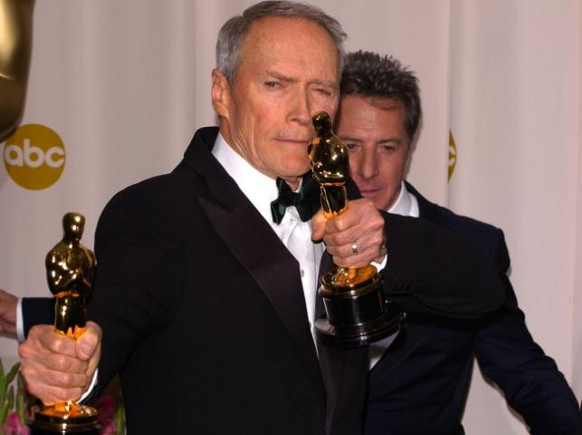 """Clint Eastwood nagrodzony dwoma Oscarami dla filmu """"Za wszelką cenę"""" w 2005 roku"""