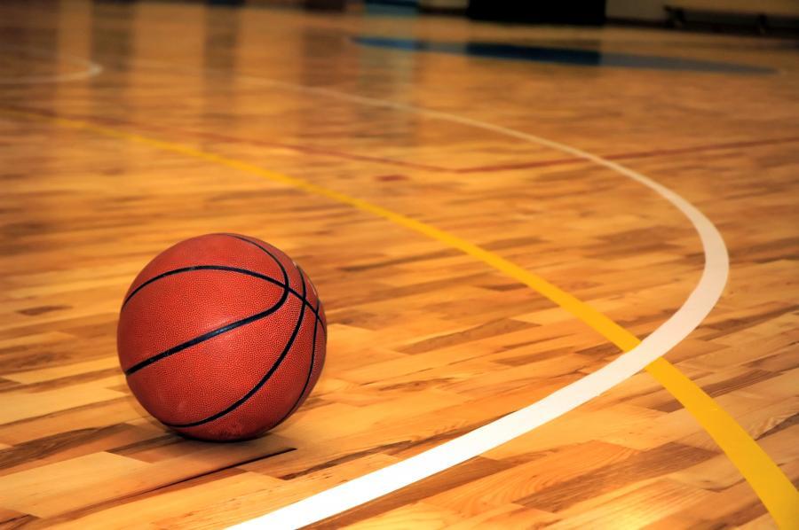 Piłka do koszykówki na parkiecie