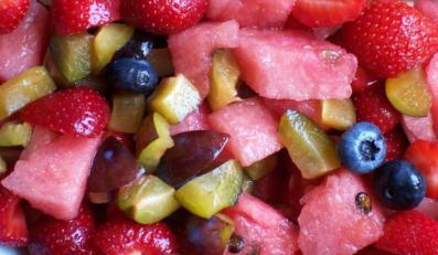 Kolorowa sałatka z letnich owoców