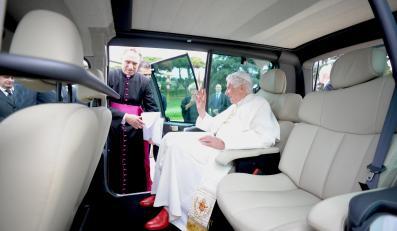 Benedykt XVI na kanapie Kangoo Maxi Z.E.