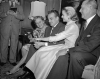 Grace Kelly pokazuje swoją zaręczynową obrączkę