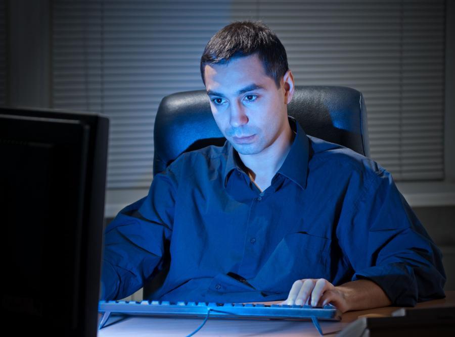 Mężczyzna przed komputerem