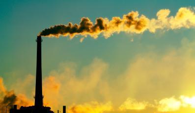 Dymiący komin fabryki