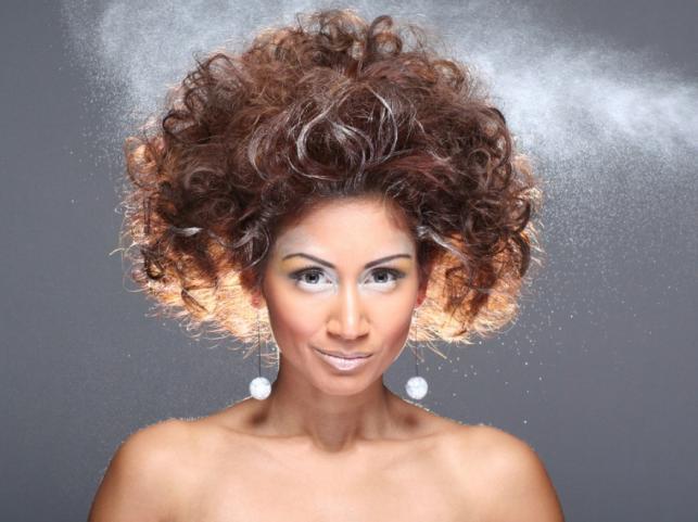 Mocno wytapirowana i polakierowana fryzura