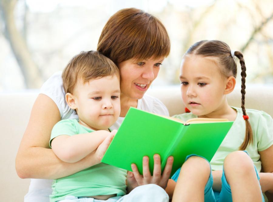 Mama czyta dzieciom książki