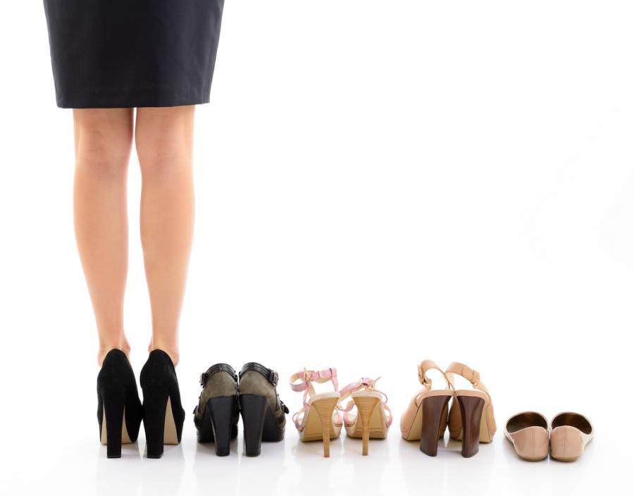 Kobieta w butach na wysokich obcasach
