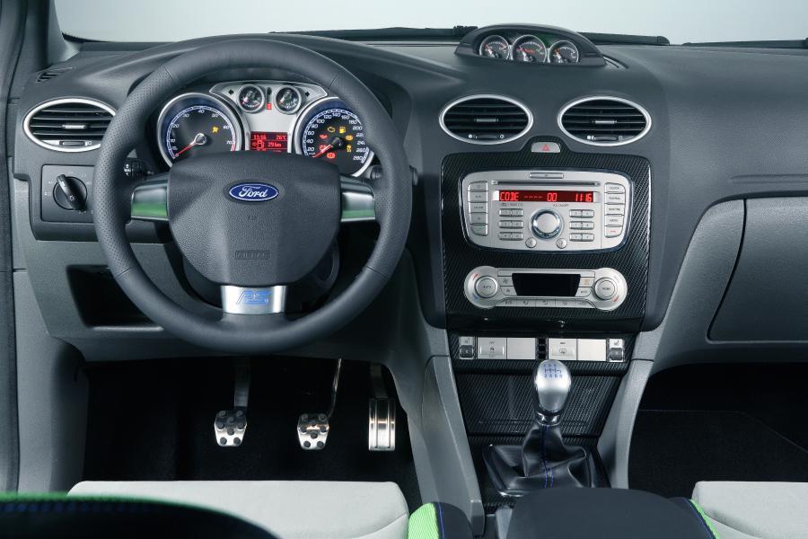 Ford ujawnił, że odpowiednio do każdej karoserii focusa RS będą dopasowane niebieskie lub zielone wnętrza. Bez względu na kolor auta, na życzenie kabinę obszyją czarną skórą