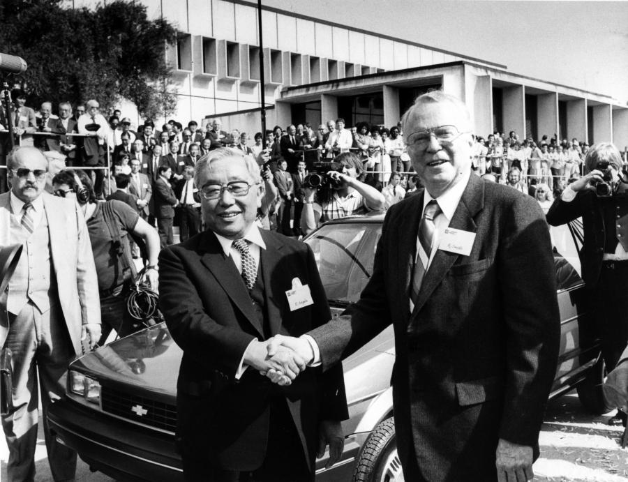 Eiji Toyoda, szef Toyoty i Roger B. Smith, szef GM po podpisaniu umowy w 1984 roku