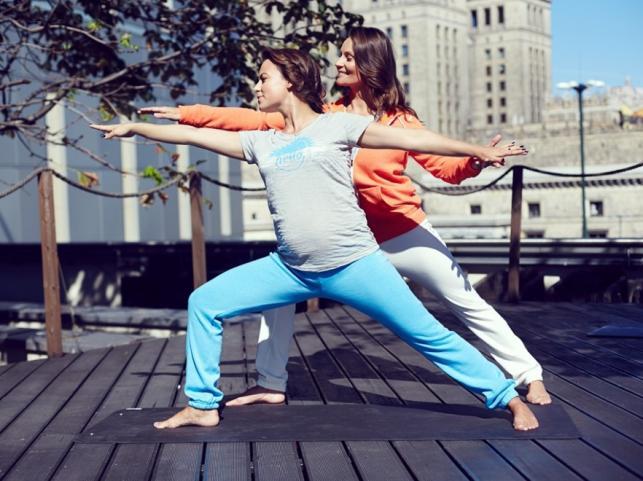 Ciężarna Anna Mucha trenuje jogę