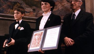 Danuta Wałęsa z synem odbiera Pokojową Nagrodę Nobla