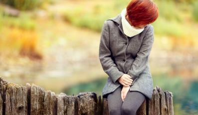 Smutna kobieta jesienią