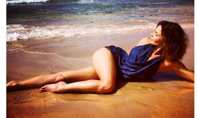 Edyta Herbuś w bikini wygina się na plaży [ZDJĘCIA]