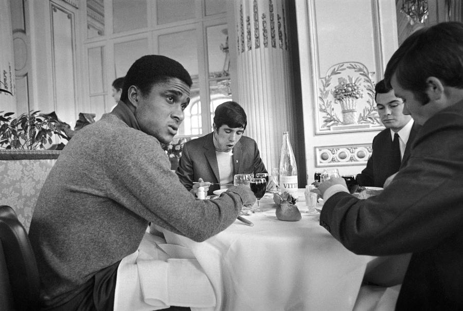 5 marca 1969 roku. Eusebio i jego koledzy z dryżyny jedzą śniadanie w Hotel de Versailles w Paryżu