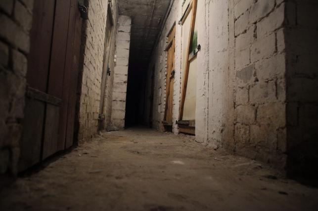 Piwnica w bloku, w którym mieszkał morderca dzieci Mariusz Trynkiewicz (tu ukrył ciała)