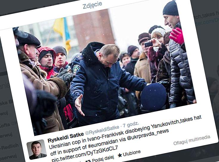 Ukraiński milicjant przeprasza demonstrantów (źródło: Twitter / @RyskeldiSatke)