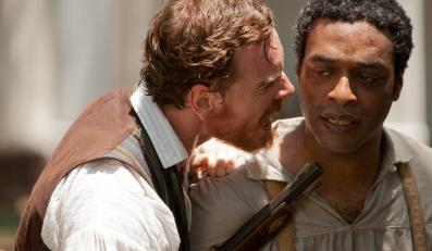 "Michael Fassbender i Chiwetel Ejiofor w filmie ""Zniewolony. 12 Years a Slave"""