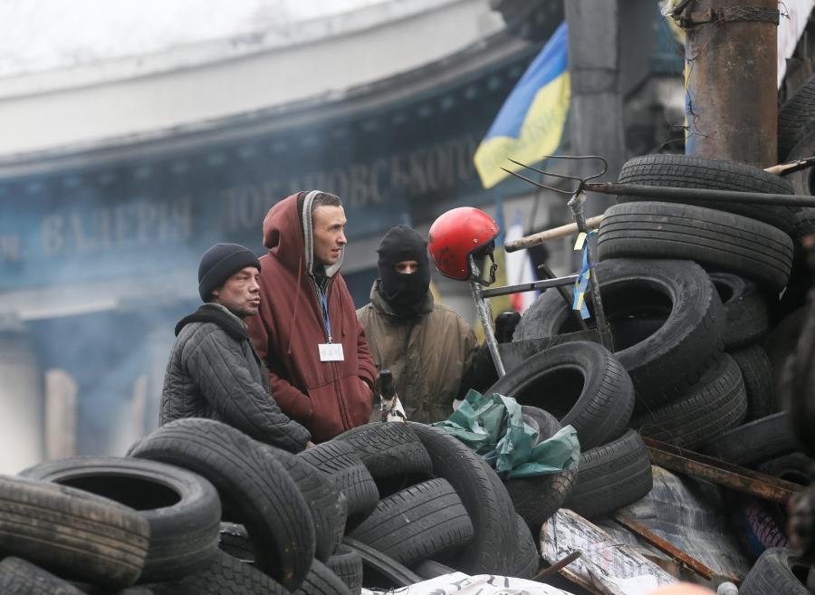 Protestujący na barykadzie w Kijowie