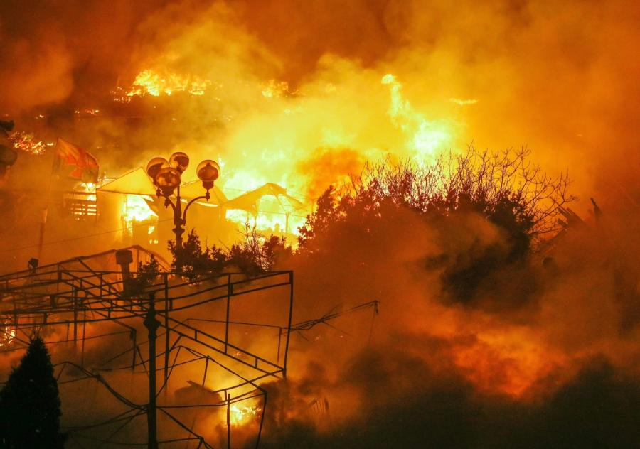 Płomienie na Majdanie w Kijowie