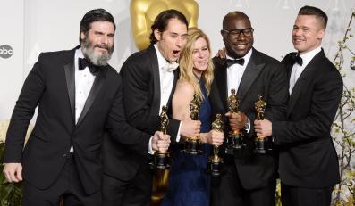 "Reżyser Steve McQueen i producenci ""Zniewolonego"": Anthony Katagas, Jeremy Kleiner, Dede Gardner oraz Brad Pitt"