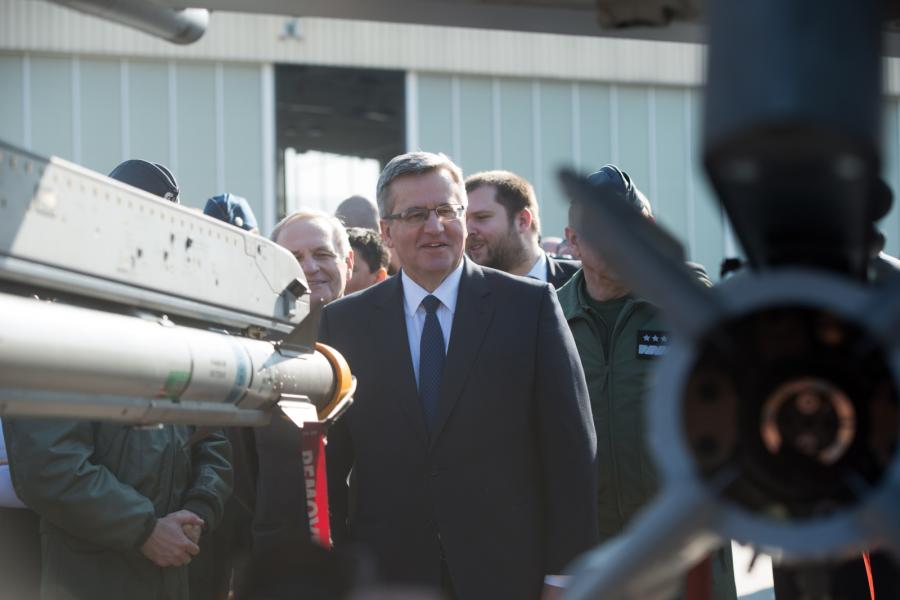 Prezydent Bronisław Komorowski podczas wizyty w 32. Bazie Lotnictwa Taktycznego w Łasku. Prezydent odwiedził Łask w przeddzień 15. rocznicy wstąpienia Polski do NATO
