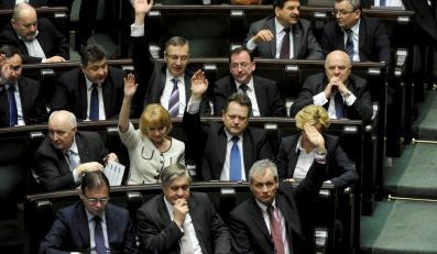 Posłowie PiS podczas głosowania. Sejm odrzucił wniosek PiS o referendum ws. zniesienia obowiązku szkolnego dla sześciolatków