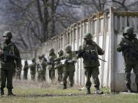 """Rosjanie szturmują bazy, Ukraińcy zrzucają mundur. """"Jeden miał"""
