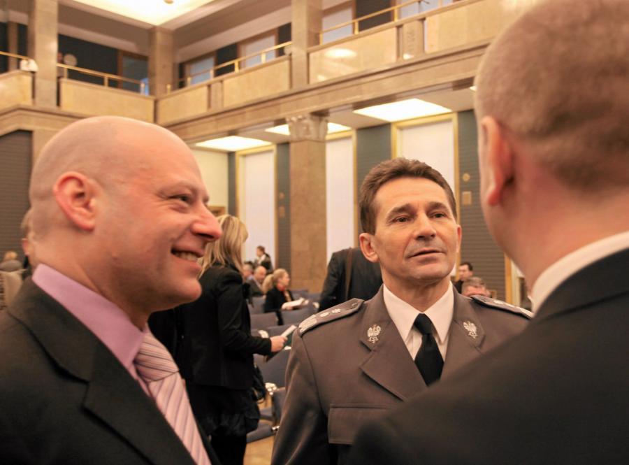 Były komendant Wyżsej Szkoły Policji w Szczytnie Arkadiusz Letkiewicz (L), były komendant główny policji Andrzej Matejuk (C) i szef CBA Paweł Wojtunik (P)