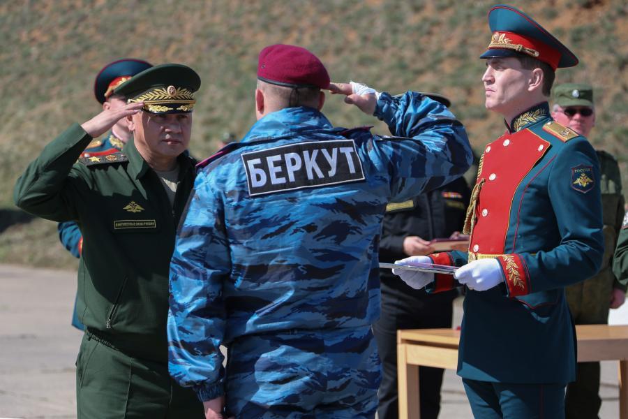 Rosyjski minister obrony Siergiej Szojgu przyjmuje honory od oficera ukraińskiego Berkutu w bazie w Sewastopolu