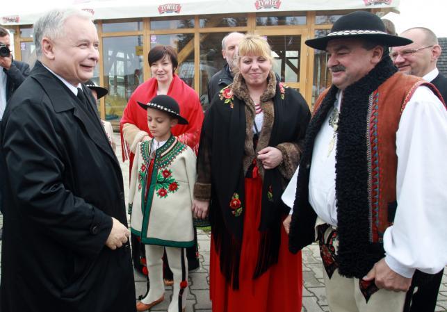 Prezes PiS Jarosław Kaczyński z lokalnym działaeczem PiS Janem Piczurą na Polanie Szymoszkowej