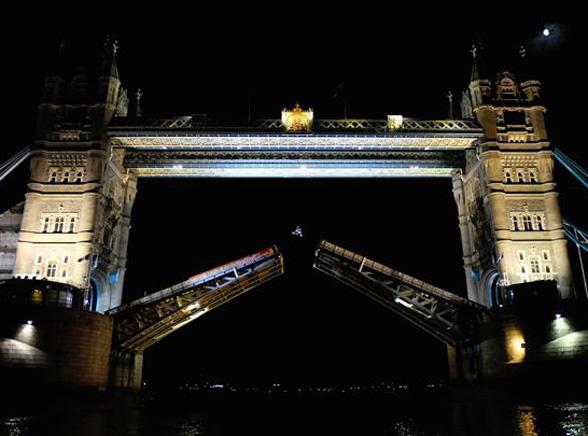 Motorem przeskoczył londyński Tower Bridge