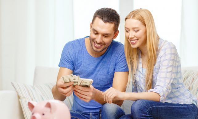 Wyższa pensja nie oznacza większych oszczędności. Co Polacy zrobiliby z podwyżką? [RAPORT]