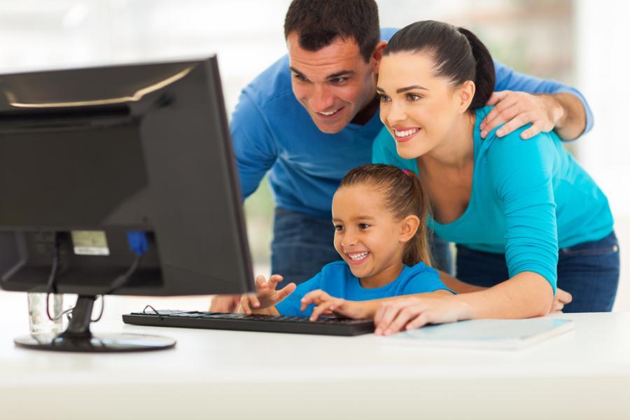 Rodzice z dzieckiem przy komputerze