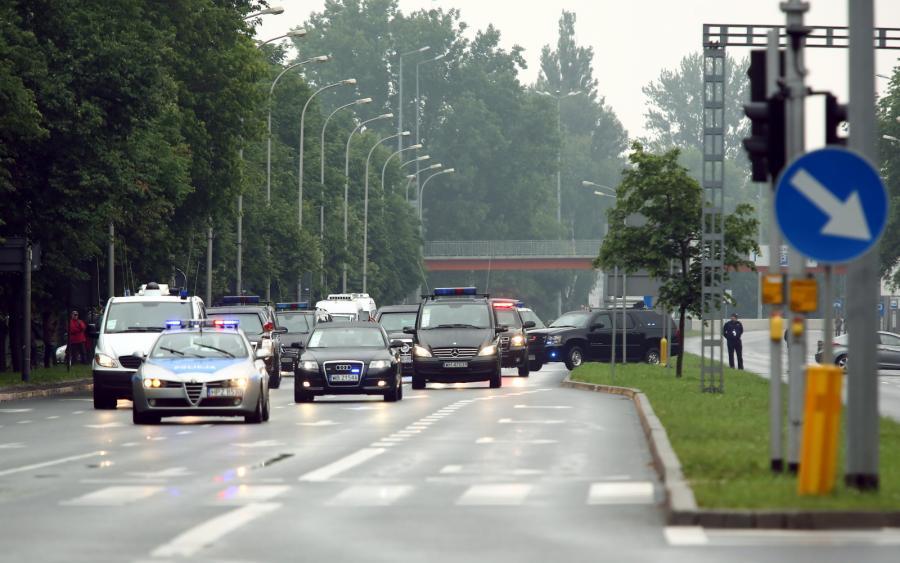 Przejazd kolumny samochodów z \