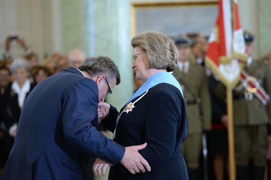 Prezydent Bronisław Komorowski wręczył byłej premier Hannie Suchockiej Order Orła Białego