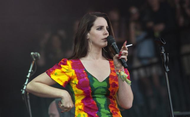 Lana Del Rey z papieroskiem na Glastonbury